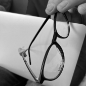 👁 Męskim okiem...  A Ty? 👓 Czy zapisałeś się już na BADANIE WZROKU?  #modneokularypl #optyk #modneokulary #września #optykwrześnia #okulary #okularki #okularymęskie #badaniewzroku #oprawki #mężczyzna #hugo #laptop #work #photo #blackandwhite #blackphotography #mac #macbookpro #eyewear #eyewearlover #eyewearstyle #stylish #stylishmen #wielkopolska #polska #optician